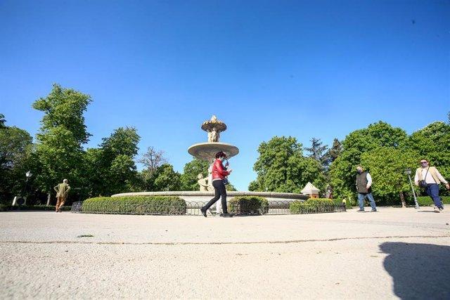 Archivo - Varias personas pasean por el Parque de El Retiro, en Madrid (España).