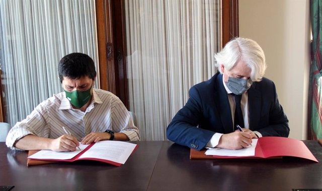 El decano de los letrados malagueños, Salvador González, y el gerente de la AECC, Pedro A. González, durante la firma de un convenio