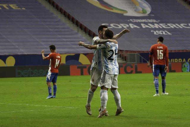 El 'Papu' Gómez celebra amb Leo Messi un gol amb l'Argentina.