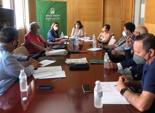 Botella (centro, al fondo), preside el Consejo Provincial de Consumo en Córdoba.