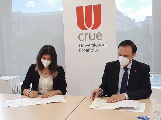 Firma del convenio entre la presidenta de la CREUP, Andrea Paricio Henares y el presidente de Crue, José Carlos Gómez Villamandos