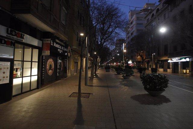 Archivo - Un restaurante cerrado en Palma a principios de 2021.