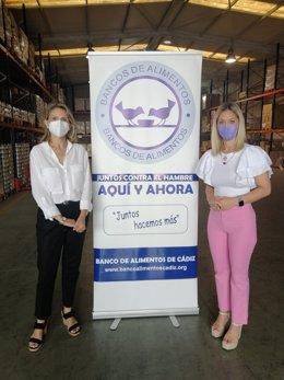 La diputada de Desarrollo Democrático de la Diputación de Cádiz, Lucía Trujillo, durante la visita a la sede del Banco de Alimentos de Cádiz, donde ha sido recibida por su presidenta, Isabel Gomis.