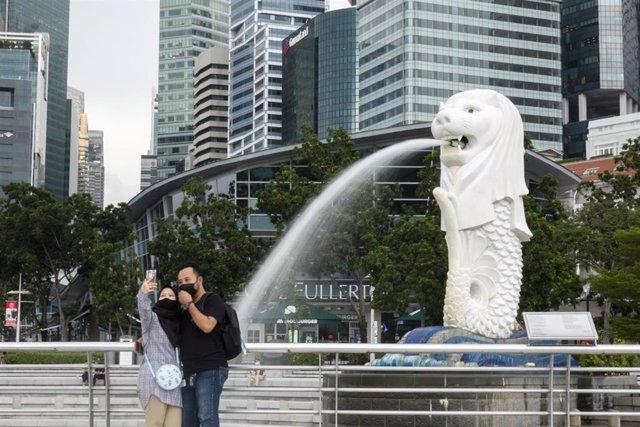 Una pareja con mascarilla en Singapur