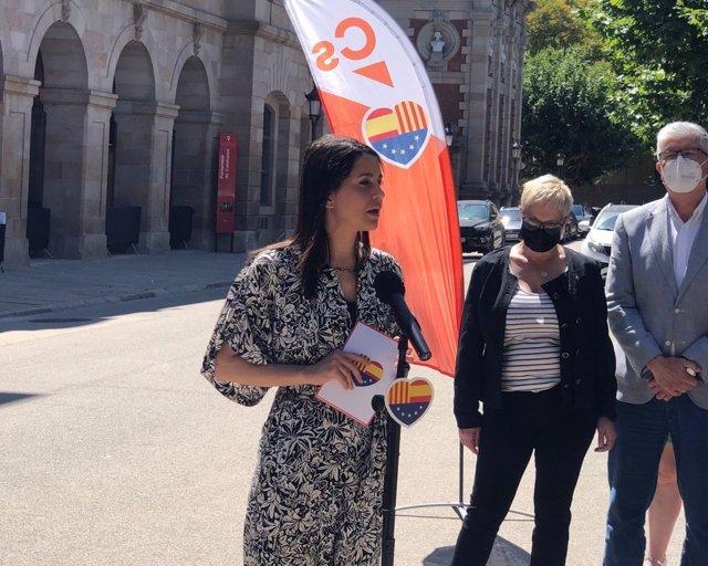 La líder de Cs, Inés Arrimadas, en declaraciones a los periodistas ante el Parlament de Catalunya (Barcelona) a 22 de junio de 2021.