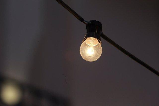 Archivo - Recurs - Bombeta, llum, energia, electricitat.