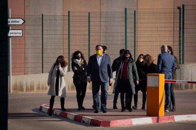Archivo - El líder de ERC y exvicepresidente del Govern, Oriol Junqueras (c), a su salida de la cárcel de Lledoners donde cumple condena por el 1-O, en Lledoners, Barcelona, Catalunya, (España), a 29 de enero de 2021