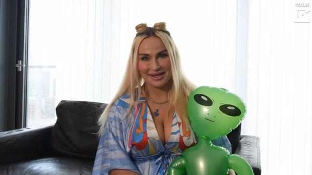 Abbie Bella, la mujer de 30 años que afirma haberse enamorado de un extraterrestre después de que la abdujeran