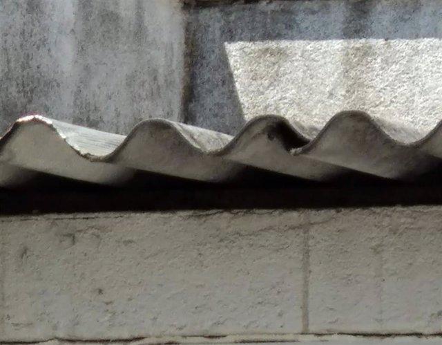 Archivo - Restos de amianto en un tejado