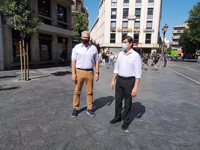 Pimentel, junto a Aumesquet, en la plaza de La Campana, aún sin los toldos.