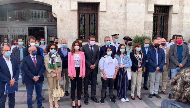 Concentración de condena de la última muerte por violencia machista ocurrida en Valladolid, con las autoridades junto a dos jóvenes, amigas de las hijas de la mujer fallecida.