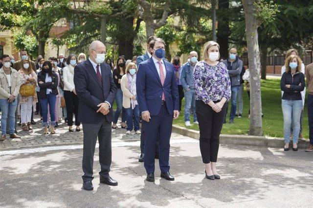 Igea (I), Fernández Mañueco y Blanco (D) en el minuto de silencio en la sede de la Presidencia de la Junta.