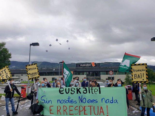 Trabajadores en huelga de ZTE se concentran ante sede Euskaltel, en Zamudio