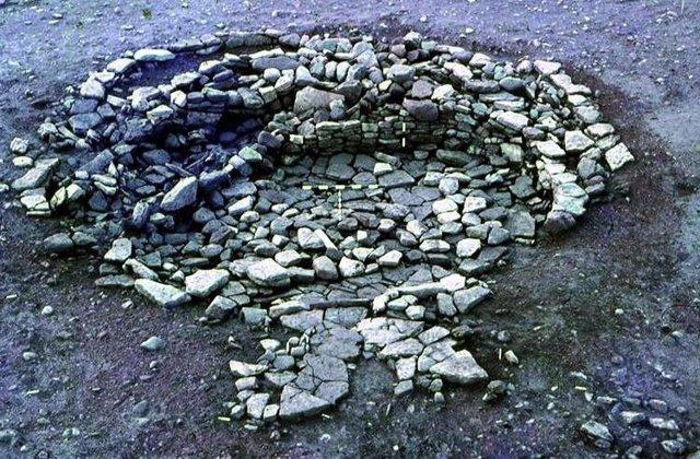Objetos que incluyen cucharas de hueso, piedras quernstone y piezas de juego se incorporaron a las paredes de esta casa circular de la Edad del Hierro en Broxmouth, Escocia.