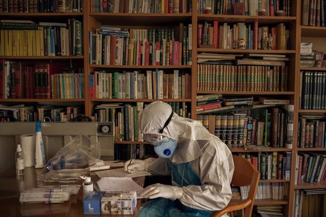 Archivo - A volunteer of the Spanish NGO Open Arms prepares PCR tests for the detection of coronavirus at a nursing home during the state of alarm declared by the Government to stop the spread of the new virus, Barcelona, Spain, April 15, 2020. ( Santi P