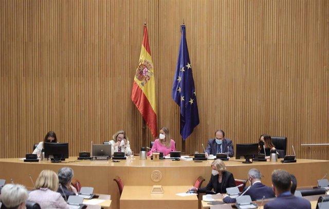 La vicepresidenta segunda del Gobierno y ministra de Asuntos Económicos y Transformación Digital, Nadia Calviño (2i), comparece en la Comisión Mixta para la Unión Europea en el Congreso, a 22 de junio de 2021, en Madrid, (España).