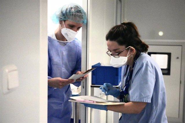 Archivo - Dos enfermeras durante el ensayo clínico de la vacuna alemana Curevac en el que participan diariamente 50 voluntarios, en el Hospital de Cruces de Bilbao, País Vasco (España), a 8 de febrero de 2021