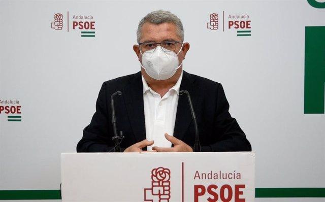 El portavoz del PSOE-A en la Comisión de Salud y Familias del Parlamento de Andalucía, Jesús María Ruiz, en la sede de su partido en Córdoba.