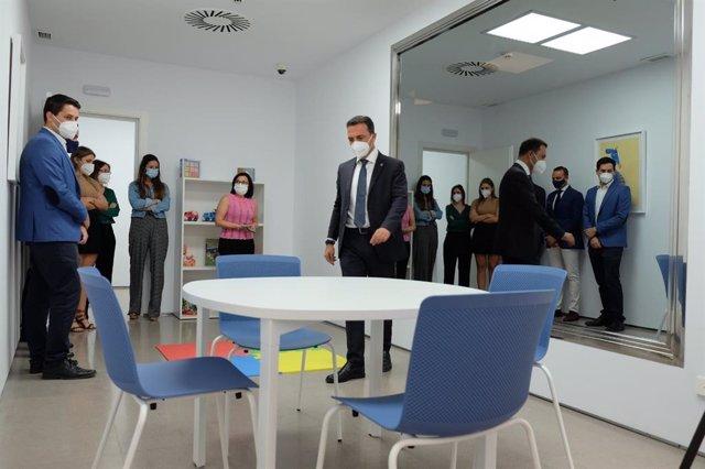 Millán visita la sala Gesell en los juzgados de Morón de la Frontera con motivo de su inauguración.