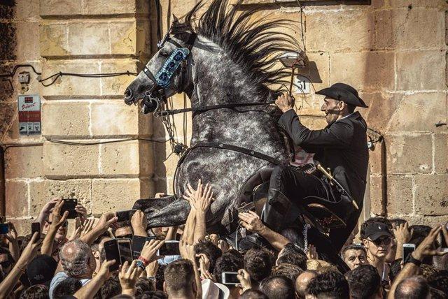 Archivo - Un jinete en las fiestas de Sant Joan de Ciutadella de 2019, antes de la pandemia.