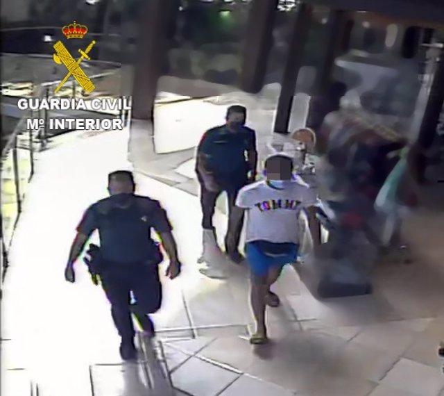 La Guardia Civil detiene una persona por un delito de hurto cometido en la piscina de un complejo hotelero