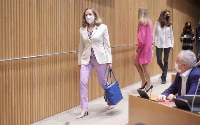 La vicepresidenta segunda del Gobierno y ministra de Asuntos Económicos y Transformación Digital, Nadia Calviño, a su llegada a la Comisión Mixta para la Unión Europea en el Congreso, a 22 de junio de 2021, en Madrid, (España).