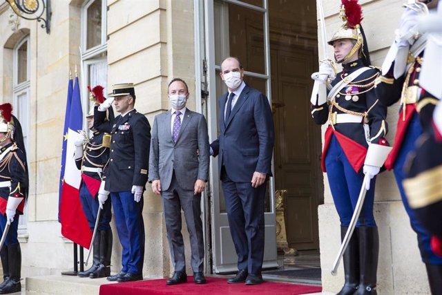 Jean Castex recibe a Xavier Espot a las puertas del Hotel Matignon.