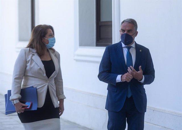 La consejera de Agricultura, Carmen Crespo, y el consejero de la Presidencia y portavoz del Gobierno andaluz, Elías Bendodo, este martes antes de iniciar la rueda de prensa del Consejo de Gobierno.