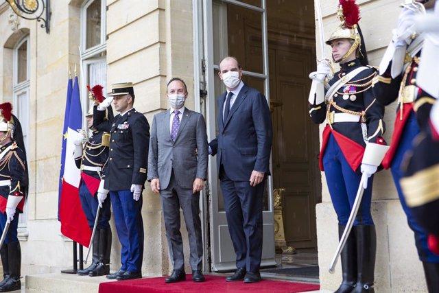 Jean Castex rep Xavier Espot a les portes de l'Hotel Matignon.