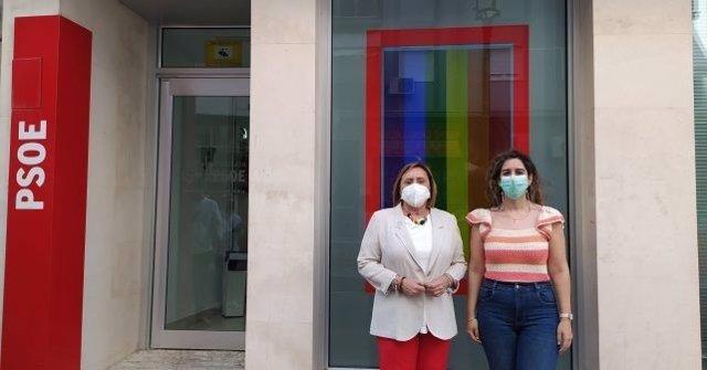 La coordinadora de la Comisión Gestora del PSOE de Huelva y diputada nacional, María Luisa Faneca, junto a la secretaria general de Juventudes Socialistas en Huelva, Teresa Cabrera.
