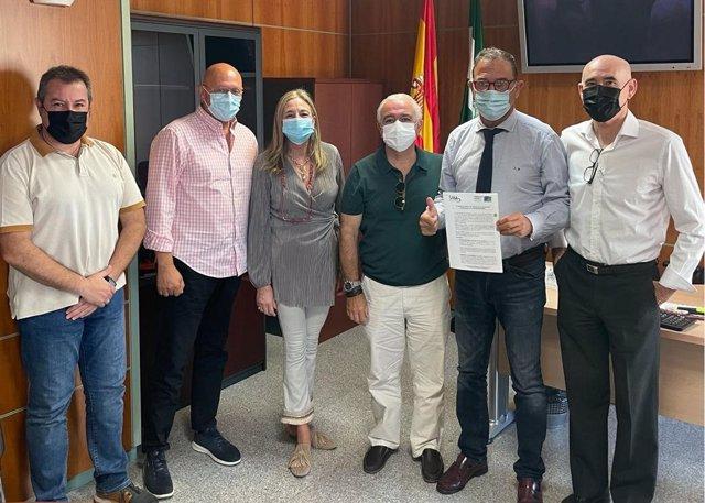 El delegado de Salud, Carlos Bautista, recibe a miembros de Sindicato Médico de Málaga y de Basta Ya