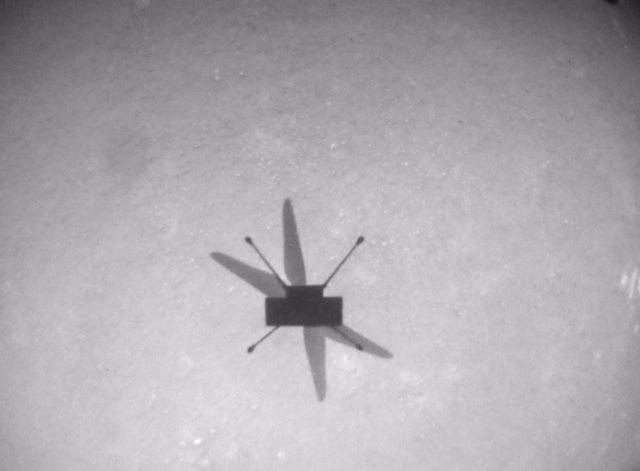 Ingenuity capta su sombre en el suelo marciano durante el octavo vuelo