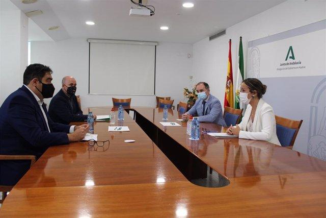La delegada de la Junta en Huelva, Bella Verano, junto al delegado territorial de Empleo, Antonio Augustín, y el presidente de la Asociación de Trabajadores Autónomos de Andalucía, ATA, Rafael Amor, en una reunión.