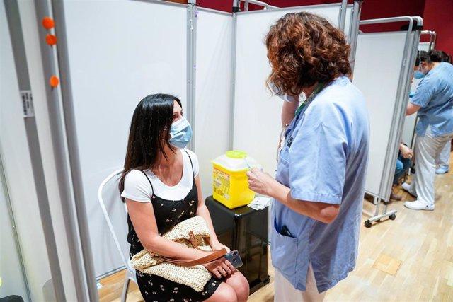 Una mujer recibe la primera dosis de la vacuna de Pfizer-BioNTech contra el Covid-19, a 9 de junio de 2021, en el Hospital Severo Ochoa de Leganés, Leganés