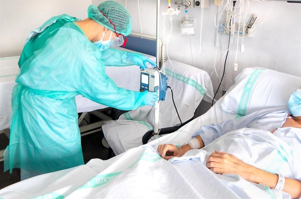 CLM contabiliza 74 casos, 101 ingresados y un fallecido y tres hospitales ya no atienden pacientes COVID