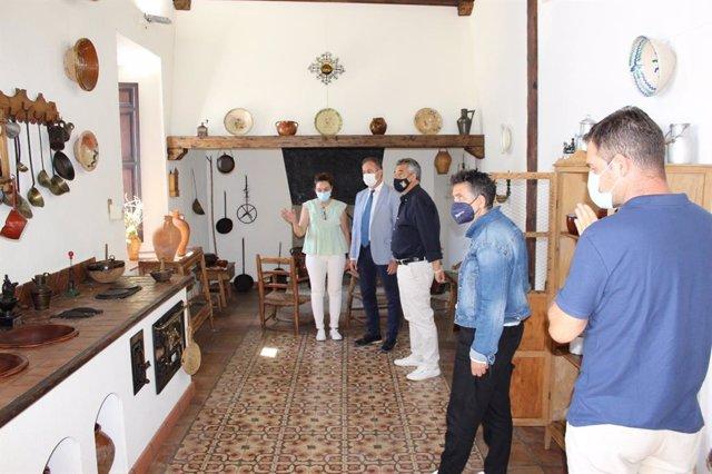 El delegado de Turismo de la Junta en Córdoba, Ángel Pimentel (segundo por la izda.), visita Hinojosa del Duque.