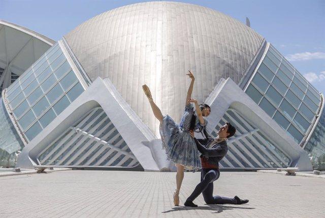 Dos ballarins de la Companyia Nacional de Dansa (CND) realitzen una presentació de l'obra ?Giselle? en el Palau dels Arts Reina Sofia de València, a 21 de juny de 2021, a València, Comunitat Valenciana (Espanya).