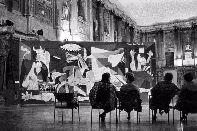 Instalación de la exposición Pablo Picasso en el Palazzo Reale, Milán, 1953 ITALY, Milan, Palazzo Reale, 1953, PICASSO exhibition, Rene Burri/Magnum Photos  Sucesión Pablo Picasso, VEGAP, Madrid 2017