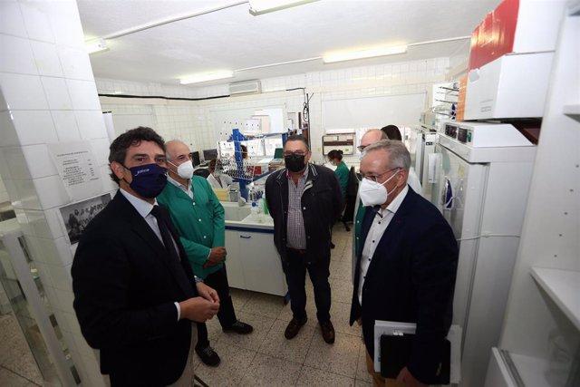 El director xeral de Gandaría, Agricultura e Industrias Agroalimentarias, José Balseiros, visita el laboratorio de producción animal en Lugo