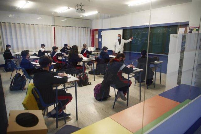 Archivo - Un profesor imparte clase a los alumnos del colegio Arcangel Rafael.