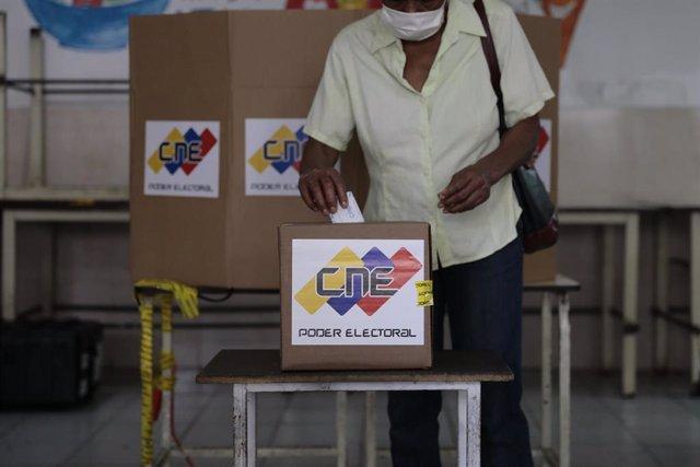 Archivo - Una mujer vota en las elecciones parlamentarias de 2020 en Venezuela