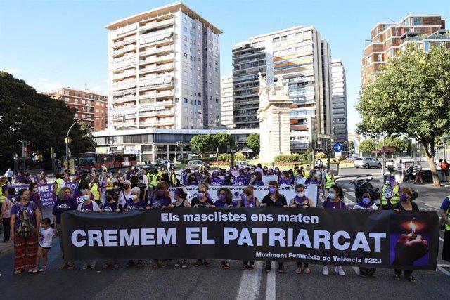 Decenas de mujeres participan en una concentración contra los crímenes machistas, a 22 de junio de 2021, en Valencia, Comunidad Valenciana, (España).