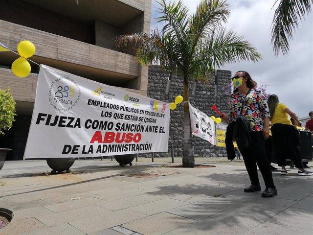 Concentración de empleados públicos temporales frente a la sede de Presidencia en Santa Cruz de Tenerife