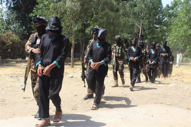Fuerzas de seguridad de Afganistán trasladan a un centro de detención a un grupo de supuestos talibán.