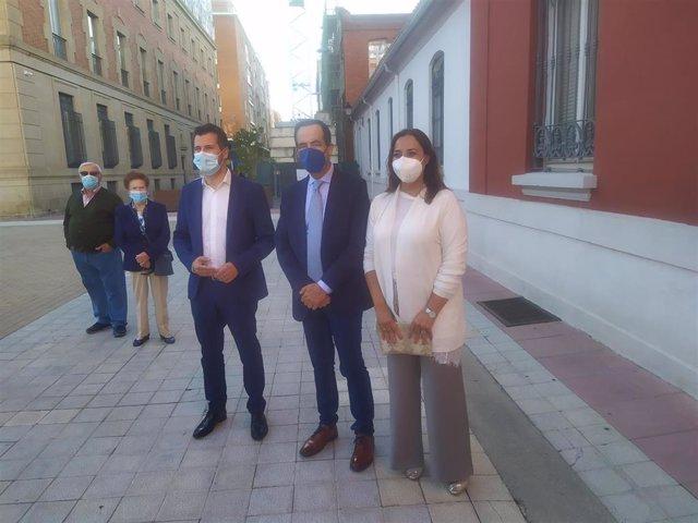 Luis Tudanca (i), José Bono y Miriam Andrés, instantes antes de participar en la Escuela Socialista.