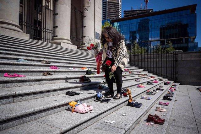 Homenaje a los menores indígenas fallecidos cuyos cadáveres han sido hallados en un internado público de Kamloops, en Canadá