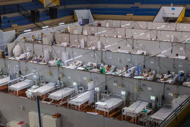 Archivo - 06 April 2021, Brazil, Santo Andre: People infected with coronavirus receive treatment the COVID-19 wards of a field hospital built inside an indoor arena. Photo: Vanessa Carvalho/ZUMA Wire/dpa