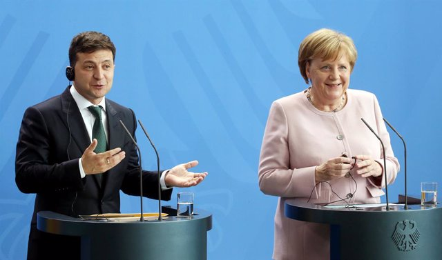 Archivo - FILED - 18 June 2019, Berlin: German Chancellor Angela Merkel (R) and Volodymyr Zelensky, President of Ukraine, attend a press conference at the Federal Chancellery. Merkel expressed her sympathy to Zelinsky for the victims of the Ukrainian plan