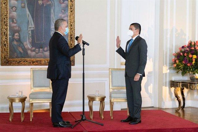 El nuevo ministro de Ciencias, Tito Crissien, toma posesión ante el presidente de Colombia, Iván Duque.