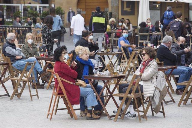 Archivo - Una terraza llena de gente durante el primer día del puente de Semana Santa, en Gijón, Asturias (España), a 1 de abril de 2021. La región de Asturias permanece cerrada hasta el final del estado de alarma, previsto para el 9 de mayo. Otras de las
